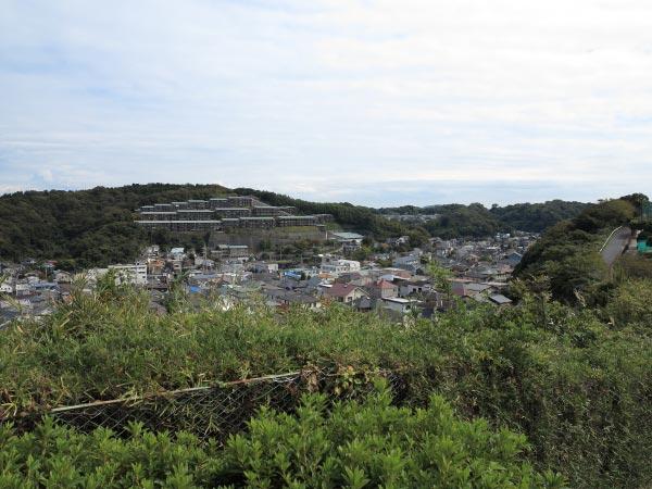 仏行寺の源太塚からの眺望。かなり高い場所にあります。