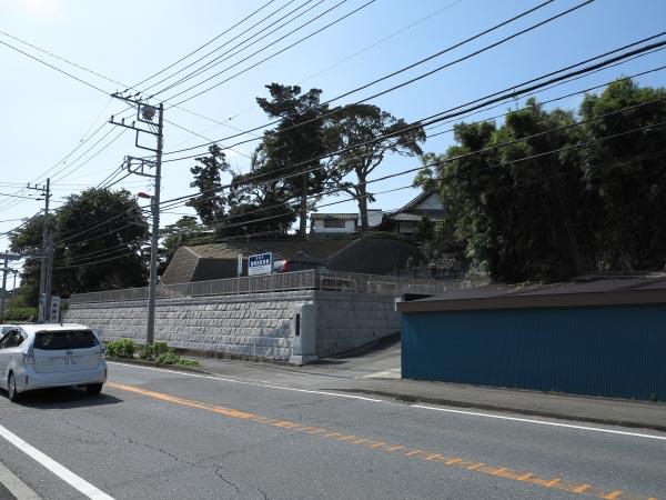 東漸寺は三浦氏の居城、衣笠城を通る県道26号沿いにあります。