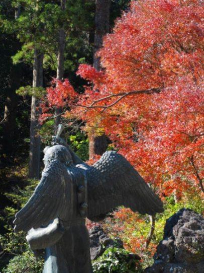 建長寺半僧坊の天狗様も周囲にも紅葉。