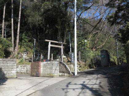 浄明寺の鎮守、熊野神社へは浄妙寺の手前を左に入り右手に坂を登っていきます。