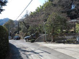 熊野神社鳥居前のこの辺りにかつて足利直義の屋敷があったといわれています。いまは普通の近代建築がたってしまっています。残念。こういう史跡のある場所は市で買い取って保存してもらえないものでしょうか。