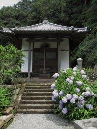 称名寺本堂となりの弁天堂。