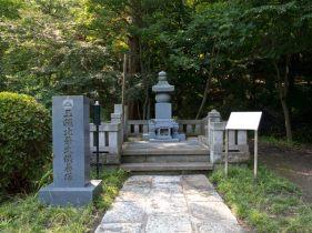 龍寳寺本堂脇にある玉縄城主3代の供養塔。