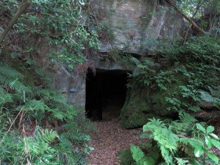 洞窟のような入口の衣張山石切場跡。