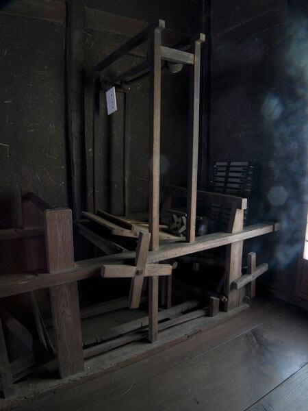 旧石井家住宅内に置かれた機織機。