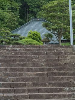 大長寺境内。山門を入り広い参道を進むと立派な本堂がみえてきます。