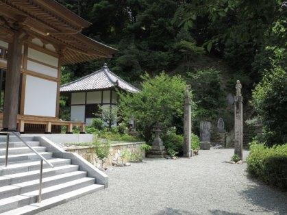 称名寺本堂を過ぎるとすぐ今泉不動へと至る階段がみえます。