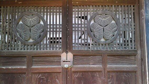 徳川家康、その父松平廣忠の位牌が収められた宝蔵には葵の御紋。