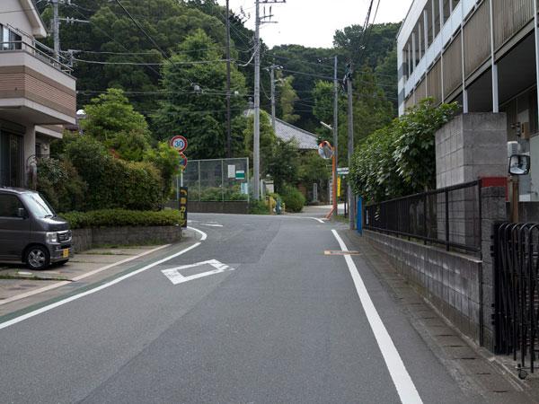 常楽寺前から歩いていくと正面に多聞院がみえてきます。多聞院を越えて道なりに進むと白山神社や今泉不動にいくことができます。