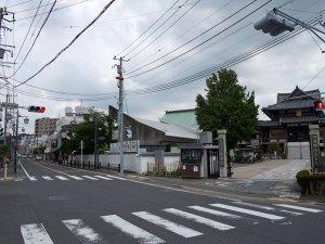 延命寺前の交差点。左はJR逗子駅、京急新逗子駅方面、右(手前)は東逗子方面です。