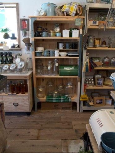 HMTの店内。こちらの棚にはカップや調味料入れなど。