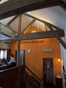Bistrot Orange(ビストロ オランジュ)の店内。イメージカラーのオレンジがきれいです。