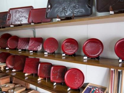 鎌倉彫の松仙堂。職人さんであるご主人の作品を販売します。