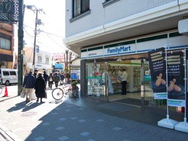 御成通りの入口近くにあるコンビニ。