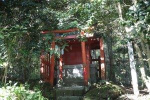 国道脇にある箱根神社参道入口と手水舎、第四鳥居の間には第六天社があります。