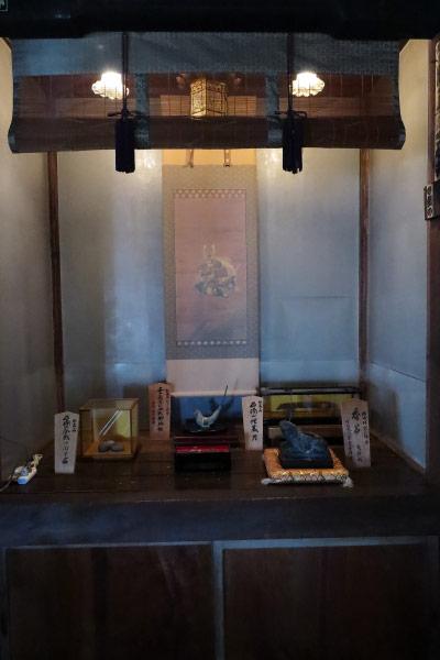 佐奈田霊社社殿内にある埋蔵品。