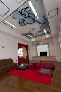 タローズハウスの居間。天井にはあじさいと花菖蒲、明月院をイメージした天井画が描かれています。
