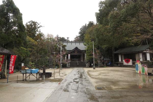 天津神明宮の境内。正面に御正殿、右に舞台、春日社が見えています。