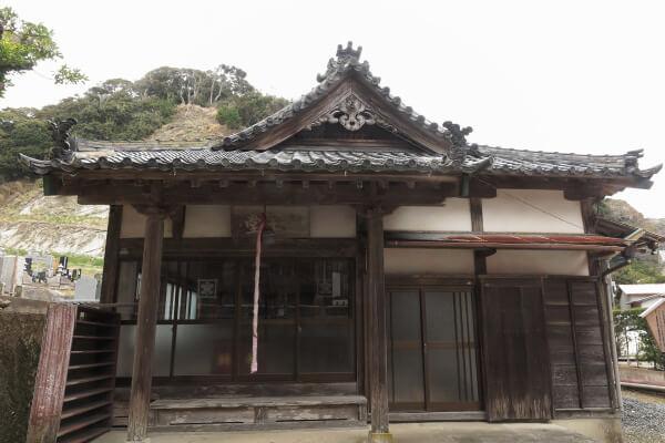誕生寺、龍王堂。
