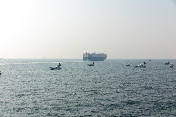 三浦半島の久里浜と、房総半島の金谷を結ぶ、東京湾フェリーの船上から。東京に入る大動脈、浦賀水道を横切ります。中央の大きな船が浦賀水道を航行しています。横須賀に入る日米の軍艦もよく目にします。