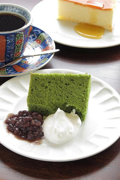 「和喫茶 金魚の栖」の抹茶シフォンケーキ(450円)。※写真手前