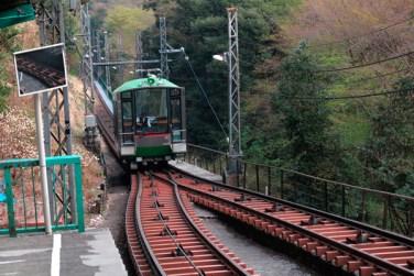 昭和6年(1931年)に開業した大山ケーブル。最新の車両は窓が多く、良い景色です。色も景観を乱さずに調和しています。【大山阿夫利神社】