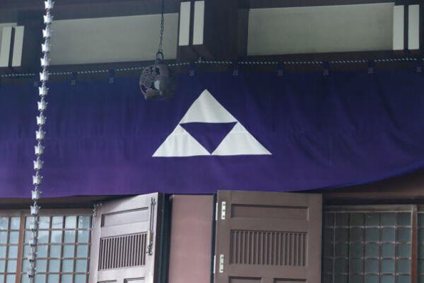 成福寺本堂の三つ鱗。この辺りは北条早雲の末子、幻庵の知行地だったとか。