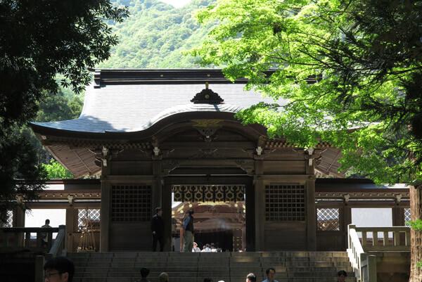 彌彦神社、随神門。