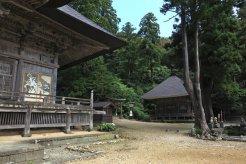 国上寺、本堂(阿弥陀堂)と大師堂。