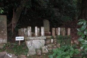 願成就院にある足利茶々丸の墓。