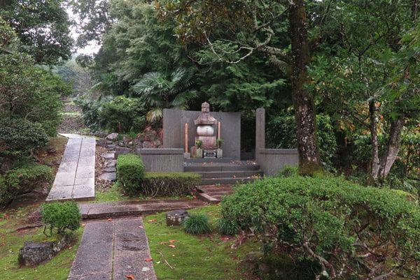 香山寺。山木兼隆の墓。