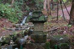 安達盛長の墓。
