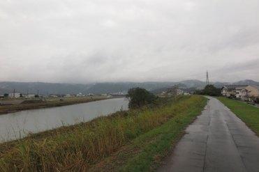 伊豆長岡温泉(古奈地区)にある、頼朝の足湯。近くを流れる狩野川。