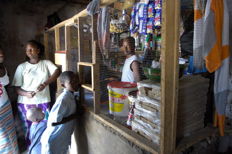 GAMBIA. Pequeña tienda en Kartong.