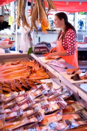 NORUEGA. FIORDOS. BERGEN. Puesto de pescado en el mercado junto al puerto.