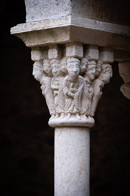Capitel de los monjes.