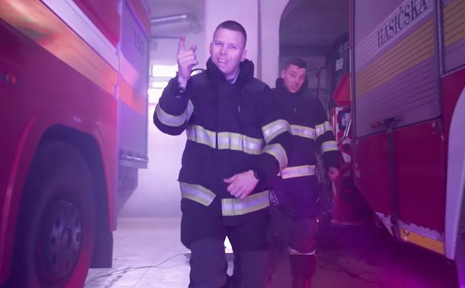 Z hasičov raperi