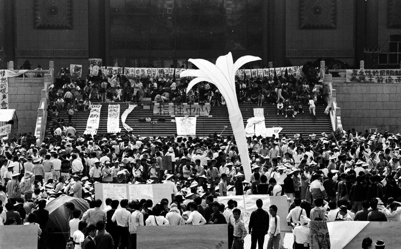 野百合學運時在中正紀念堂前的野百合塑像(圖片來源)