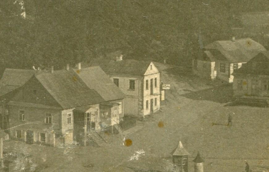 Белый, как башня в 1957 году. Видны архитектурные красоты, два входа и рекламная вывеска. Из архива Инны Шатило, 30-е годы ХХ века