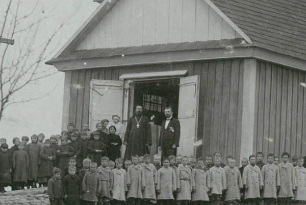 О.Лев Паевский у входа в храм. Около 1900 года