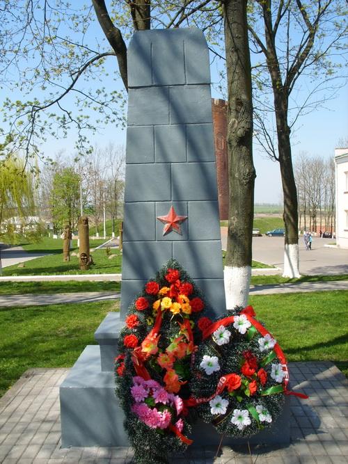 Памятник Пивненко П.Я. в сквере у библиотеки