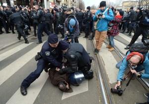 Zagreb, 21.02.2015 - Sudionici prosvjeda Stop teroru satorasa pokusali probiti policijski kordon