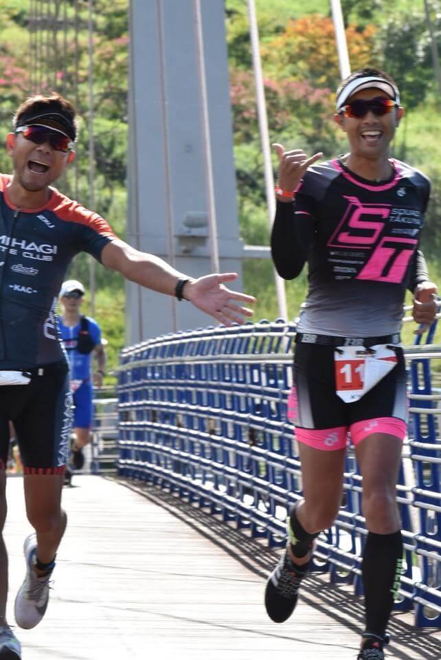 笑顔で走る二人の写真