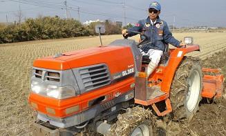 トラクターで耕運しています。