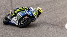 Valentino_Rossi_running_out_of_front_tire_(14023449353)