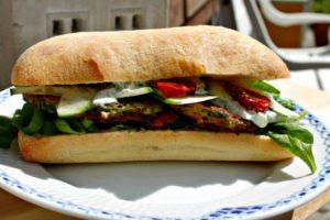 sandwich med courgette deller, tomater og spinat