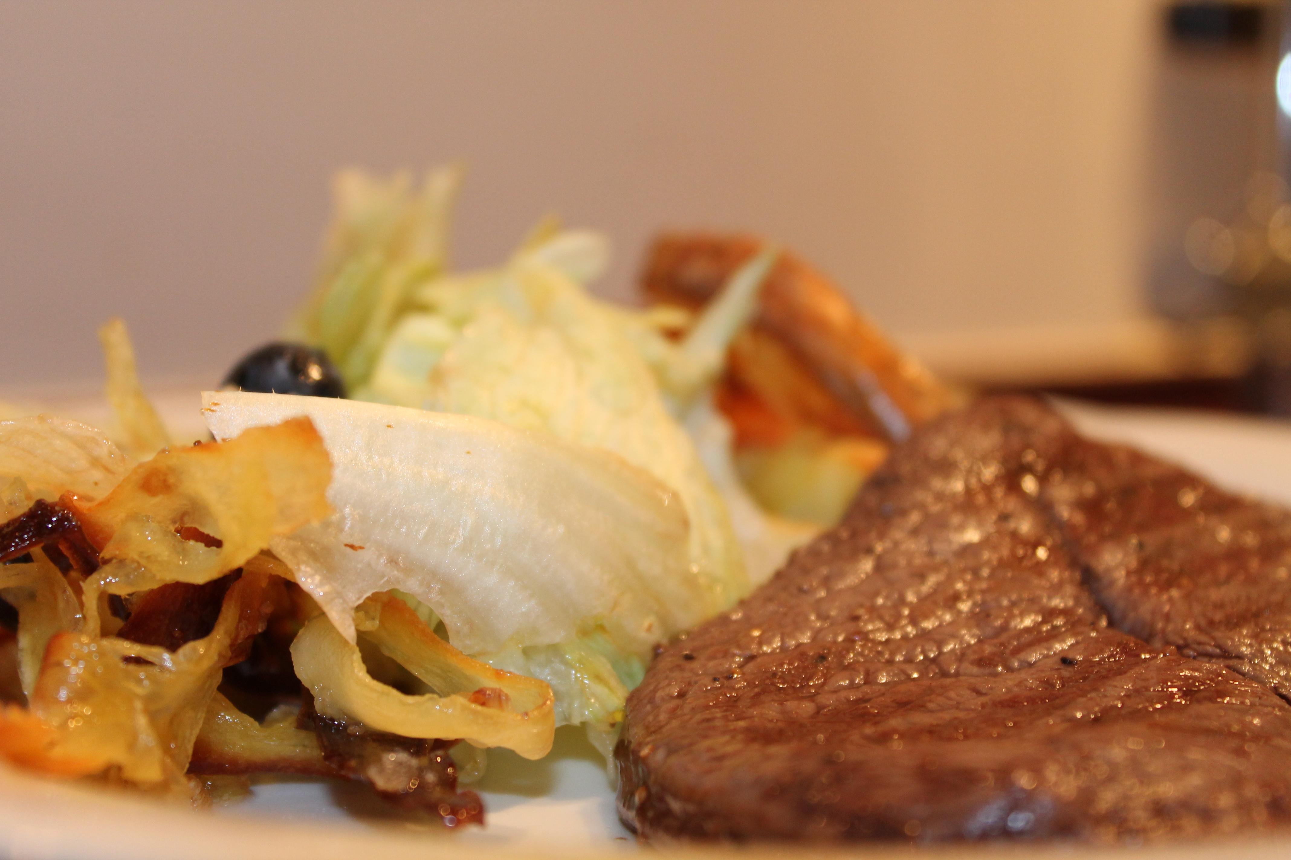 Grillet steak af hjort med salat
