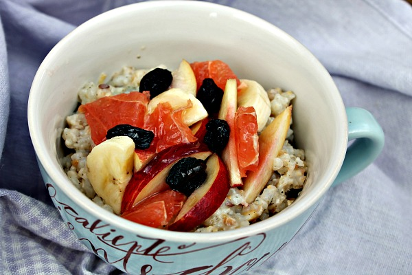 Fuldkornsgrød af ristet spelt, hørfrø, sesam, boghvede – med frisk frugt