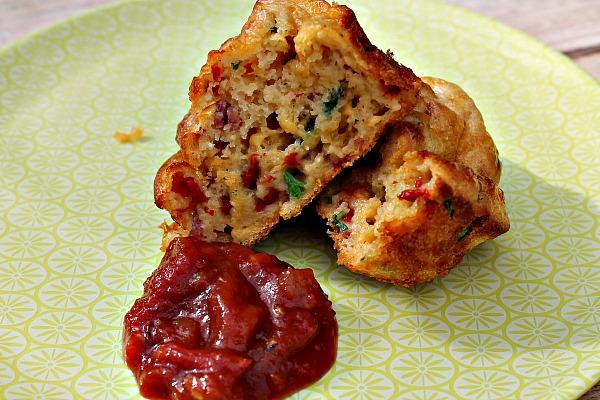 Pizza muffins – bløde og luftige med tomatsalsa, god til madpakken,brunch eller som snack………