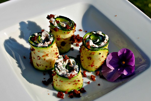Courgette ruller med skinke, basilikum og flødeost
